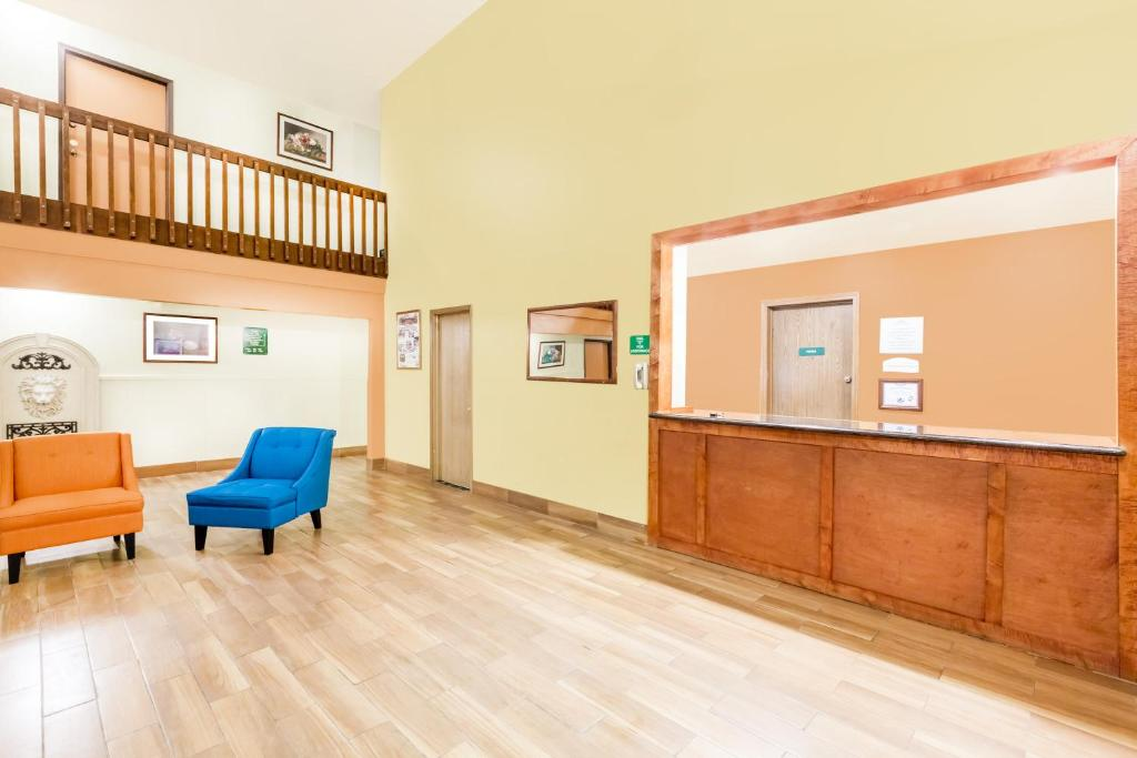 Book Now Howard Johnson Kearney (Kearney, United States). Rooms Available for all budgets. Free breakfast free Wi-Fi and pet-friendly rooms are some of the pluses at the Howard Johnson Kearney which is close to the interstate. The two-story Howard Johnson has 44 roo