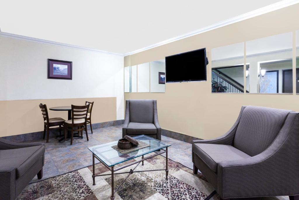 Book Now Days Inn Bellingham (Bellingham, United States). Rooms Available for all budgets. Free Wi-Fi and rooms with coffeemakers make for a comfortable stay at the value-friendly Days Inn Bellingham near the campus of Western Washington University. Renovated in 200