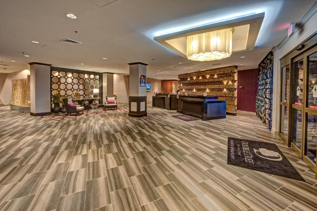 Book Now Doubletree By Hilton Decatur Riverfront (Decatur, United States). Rooms Available for all budgets. With an indoor and outdoor pool a fitness room a restaurant and a location one block from the riverside the Doubletree by Hilton Decatur Riverfront piles on the perks. Spread