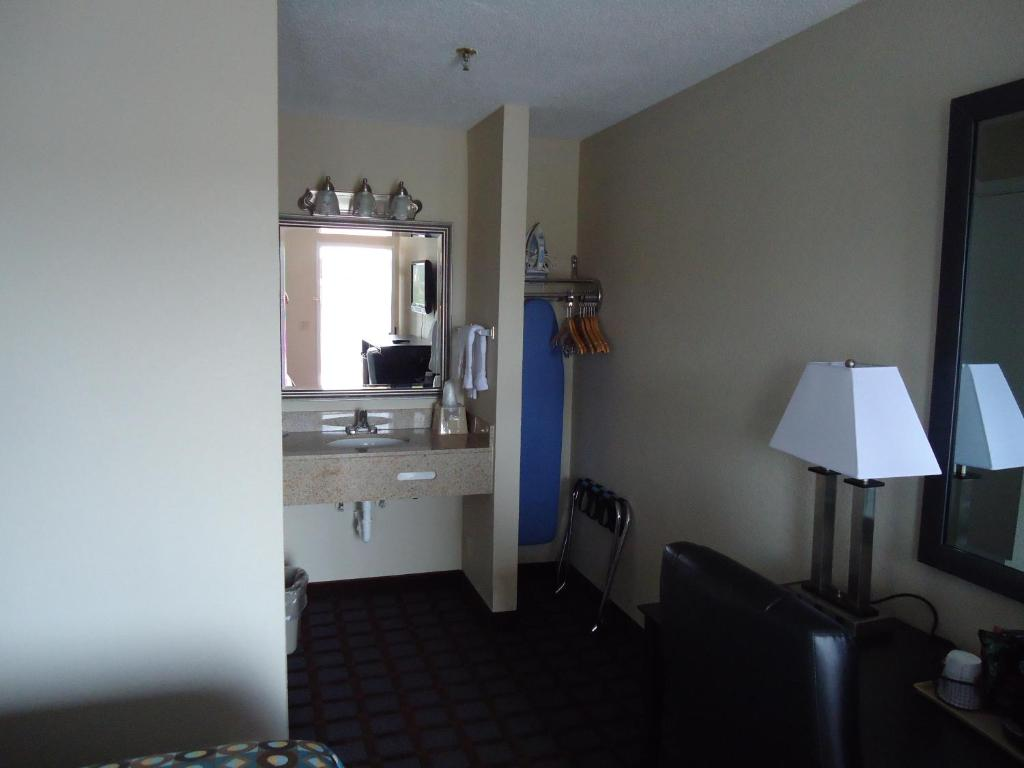 Book Now Super 8 Paducah Ky (Paducah, United States). Rooms Available for all budgets. Freebies like Wi-Fi parking and continental breakfast give our guests a break at Super 8 Paducah KY. This two-story Super 8 has exterior corridors leading to 90 rooms with mod