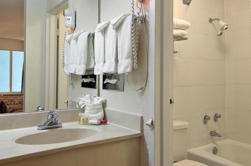 Book Now Ramada Inn Ft Lauderdale Airport/Cruise Port (Fort Lauderdale, United States). Rooms Available for all budgets. A daily hot breakfast buffet free local shuttles and a convenient location get our guests grinning at non-smoking Ramada Inn Fort Lauderdale Airport/Cruise Port. This two-stor