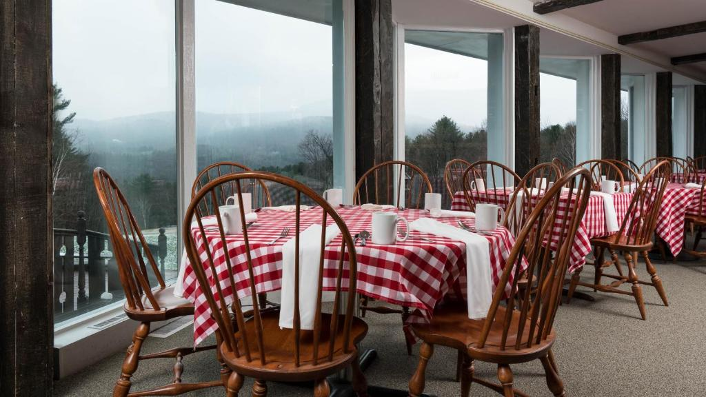 Book Now The Stowehof Hotel (Stowe, United States). Rooms Available for all budgets. The Stowehof Hotel is 3 miles from Mt. Mansfield where guests can ski and snowboard. It is surrounded by 26 acres of mountain vistas. It features an indoor and outdoor pool 2
