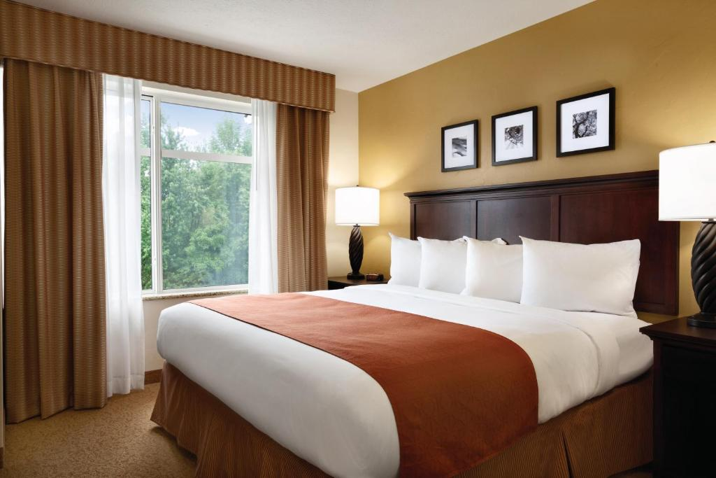 Book Now Country Inn & Suites Tampa Airport North Fl (Tampa, United States). Rooms Available for all budgets. Wi-Fi breakfast and parking are all free at the non-smoking Country Inn & Suites Tampa Airport North FL. This non-smoking hotel has four floors 65 rooms and interior corridors