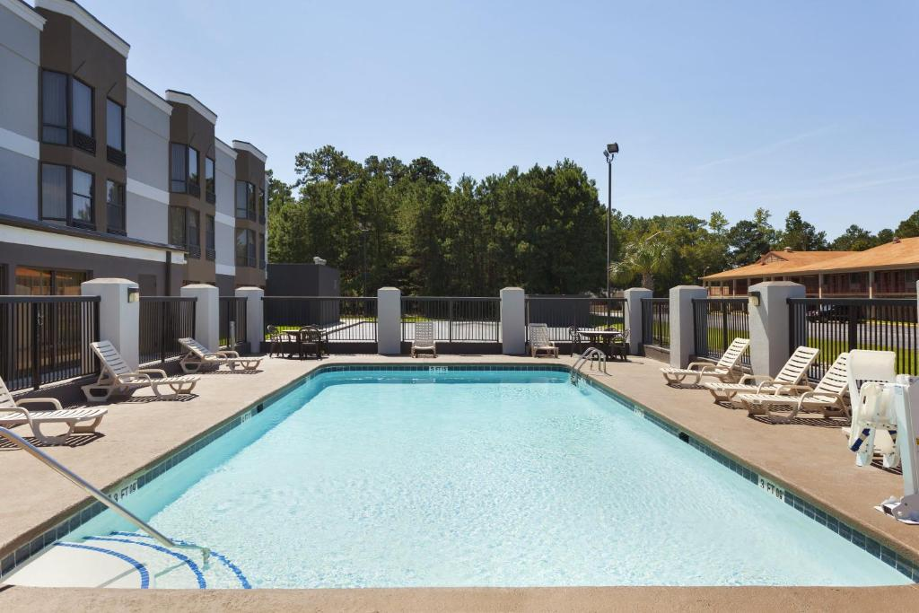 Book Now Country Inn & Suites By Carlson Florence SC (Florence, United States). Rooms Available for all budgets. With free breakfast and a superb location near the racetrack shopping and dining the Country Inn & Suites Florence is a terrific value say our guests. At this three-floor hote