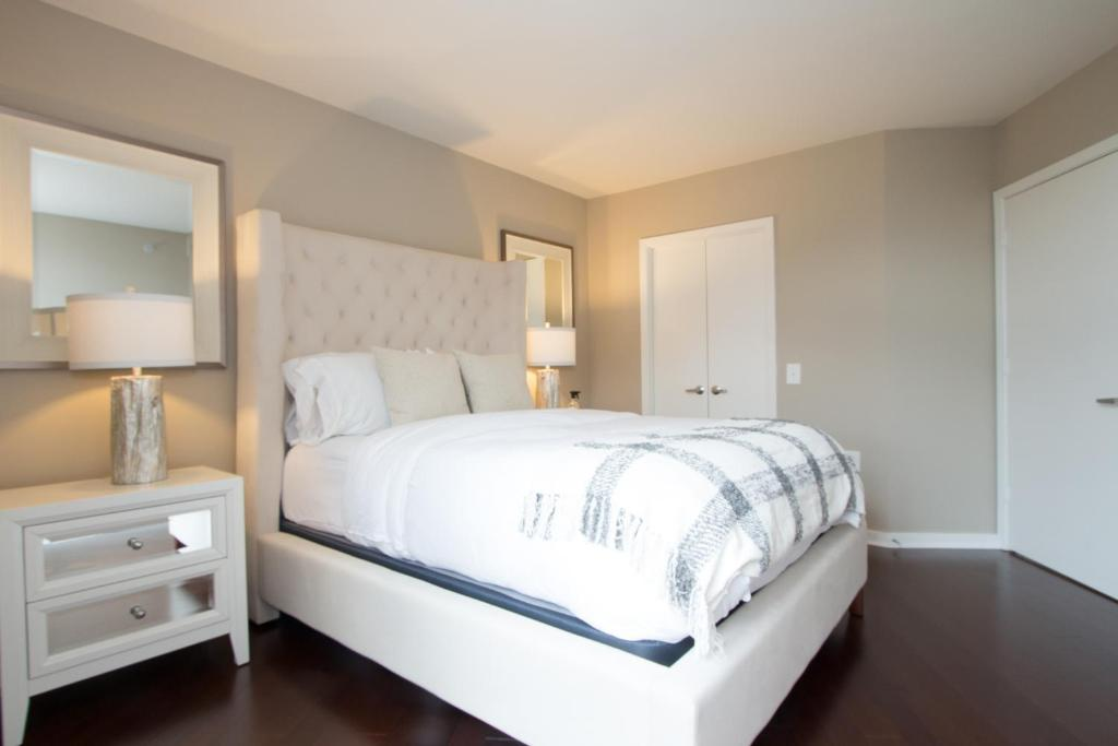 Book Now Luxury 3 Bed Apartment on Dupont Circle (Washington, United States). Rooms Available for all budgets. Set in Washington this air-conditioned apartment is 1 km from White House. The unit is 1 km from Washington Convention Center. Free private parking is available on site.There