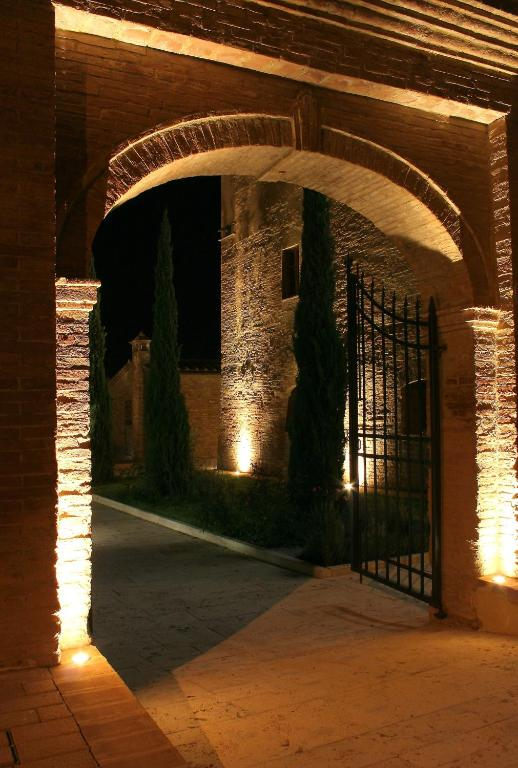 Book Now Hotel More Di Cuna (Monteroni d'Arbia, Italy). Rooms Available for all budgets. Hotel More di Cuna is set in beautifully restored mediaeval farm buildings 13 km from Siena. The property features a spacious garden and characteristic Tuscan décor and f