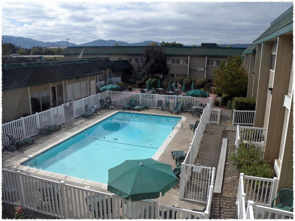 Book Now Windmill Inn Roseburg (Roseburg, United States). Rooms Available for all budgets. Our guests enjoy comfy accommodations complimentary breakfast and a convenient location at the non-smoking Windmill Inn Roseburg. Standard amenities in all 128 non-smoking roo