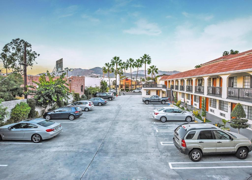 Book Now Chariot Inn (Glendale, United States). Rooms Available for all budgets. Chariot Inn is located in Glendale and offers a free daily continental breakfast. Free Wi-Fi access is available. A 24-hour front desk is included for guest convenience.Cable