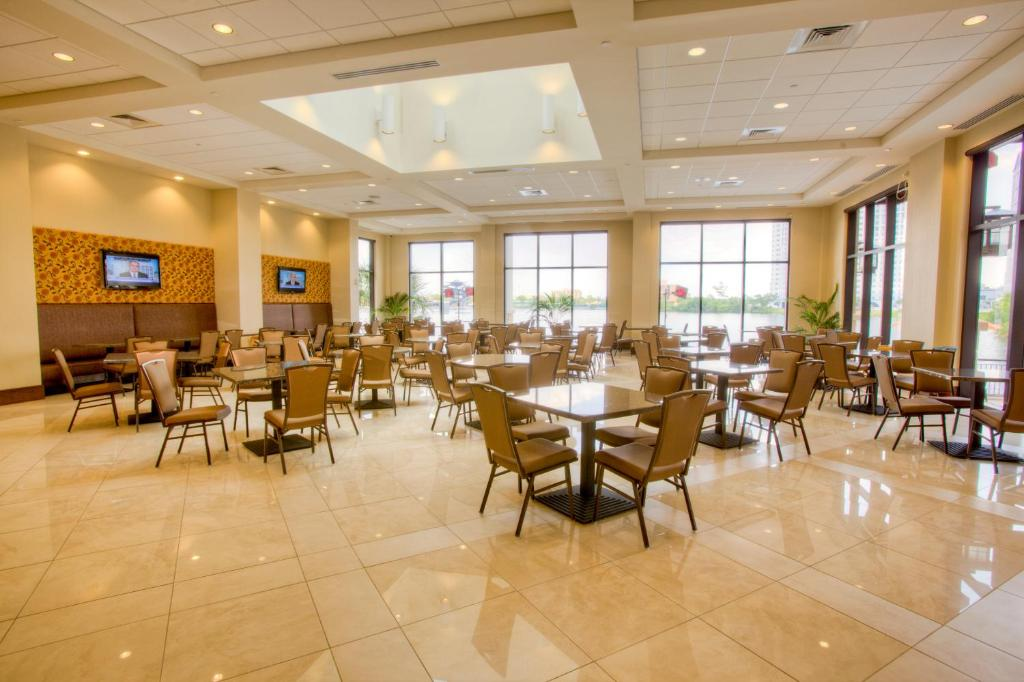 Book Now Ramada Plaza Resort & Suites International Drive Orlando (Orlando, United States). Rooms Available for all budgets. Ideally located on International Drive this lakefront Orlando hotel features free scheduled transportation to Walt Disney World SeaWorld and Universal Orlando. Free WiFi a fre