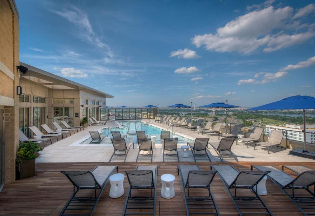 Piscina Global Luxury Suites at South Arlington