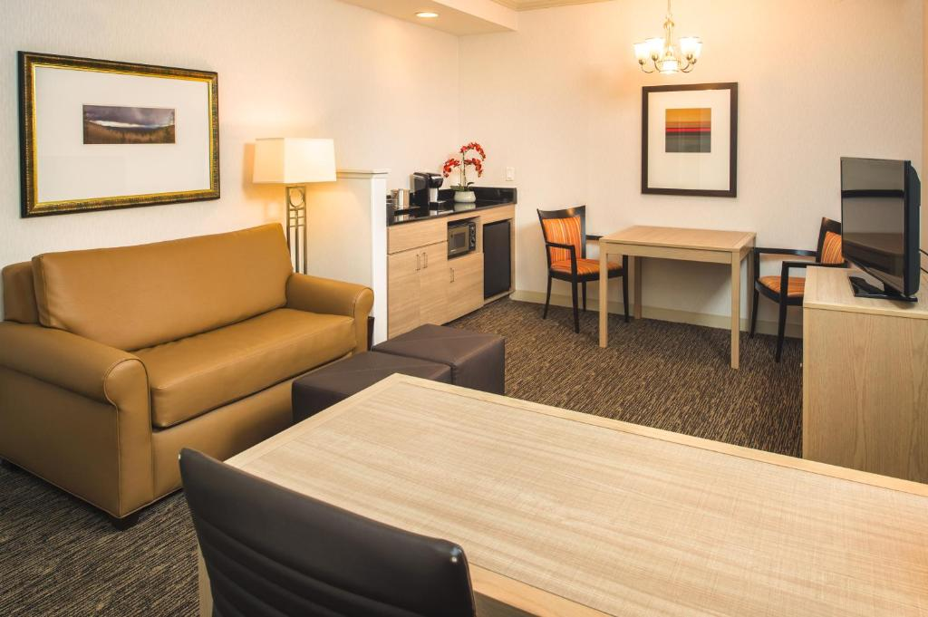 Book Now Doubletree By Hilton Olympia (Olympia, United States). Rooms Available for all budgets. Well-appointed suites and an indoor pool and hot tub in downtown Olympia are a great package for our guests at Doubletree By Hilton Olympia. The 102 suites at this three-floor