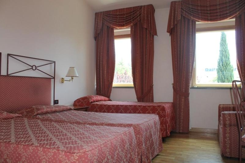 Book Now Hotel Semifonte (Barberino Di Val Delsa, Italy). Rooms Available for all budgets. Hotel Semifonte gives you comfortable and spacious guest rooms packed with modern comforts including free Wi-Fi; all in an excellent location for exploring the Chianti area.Du