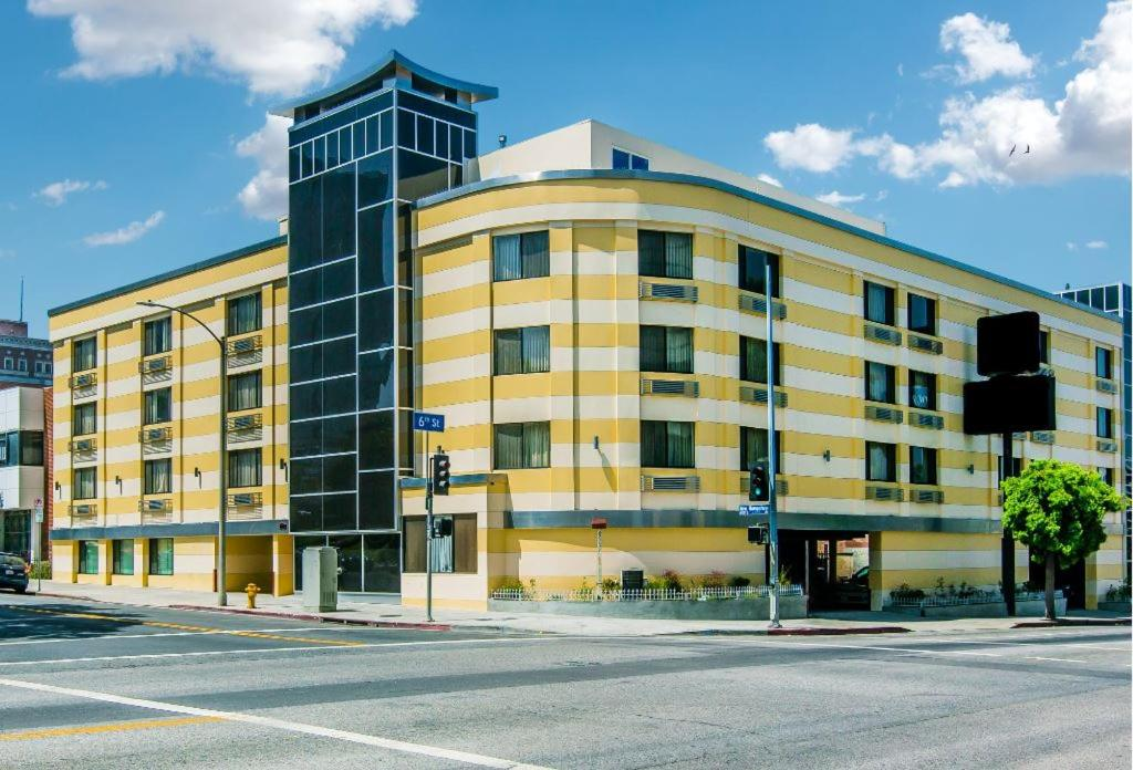 Book Now Best Western Plus LA Mid-Town Hotel (Los Angeles, United States). Rooms Available for all budgets. Free Wi-Fi complimentary breakfast and a convenient Wilshire location near public transportation make the Best Western Plus LA Mid-Town Hotel a tremendous value in the City of