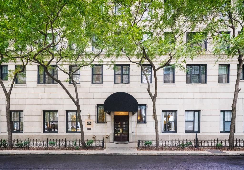 Book Now Dewitt Hotel & Suites (Chicago, United States). Rooms Available for all budgets. Just 2 blocks away from the shopping dining and entertainment on Michigan Avenue's Magnificent Mile this boutique hotel is located in downtown Chicago and offers apartment-sty