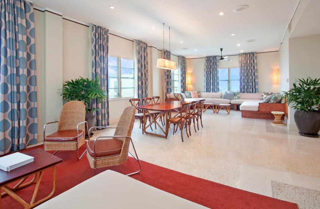 Book Now The Raleigh Hotel (Miami Beach, United States). Rooms Available for all budgets. Offering private access to Miami's South Beach The Raleigh Hotel features on-site dining and massage services. The hotel is just 7 miles from the Miami Art Museum.Free WiFi fl