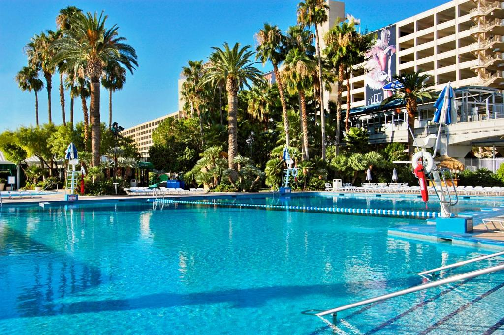 Book Now Ballys Las Vegas (Las Vegas, United States). Rooms Available for all budgets. This hotel is located on the Las Vegas Strip. A full-service spa extensive fitness centre and 8 restaurants are included. Spacious rooms offer cable TV.A safety deposit box is