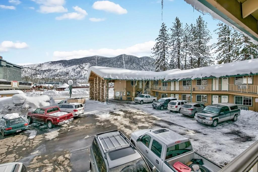 Book Now Blue Jay Lodge South Lake Tahoe (South Lake Tahoe, United States). Rooms Available for all budgets. Access to a private beach combines with budget-friendly rooms outfitted with mini-fridges microwaves and Wi-Fi at the non-smoking Blue Jay Lodge South Lake Tahoe. All 64 rooms