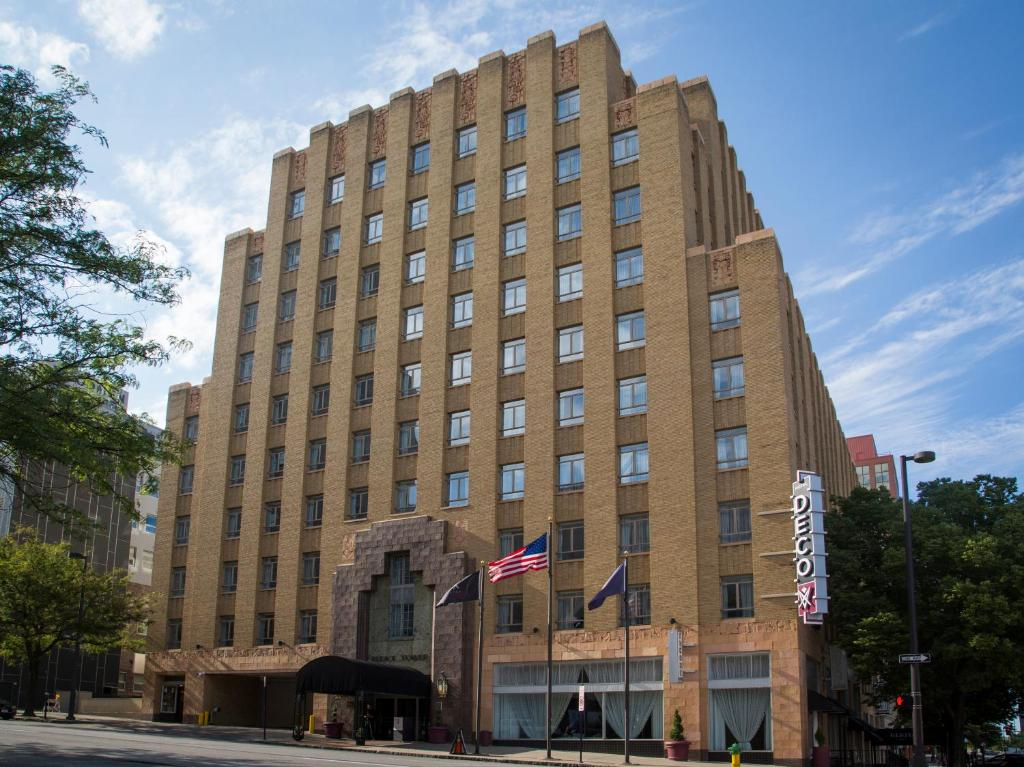 Book Now Hotel Deco (Omaha, United States). Rooms Available for all budgets. Located in Omaha Nebraska city centre this luxury art deco hotel features rooms with flat-screen TVs in-room massage services and an on-site restaurant and lounge. TD Ameritra