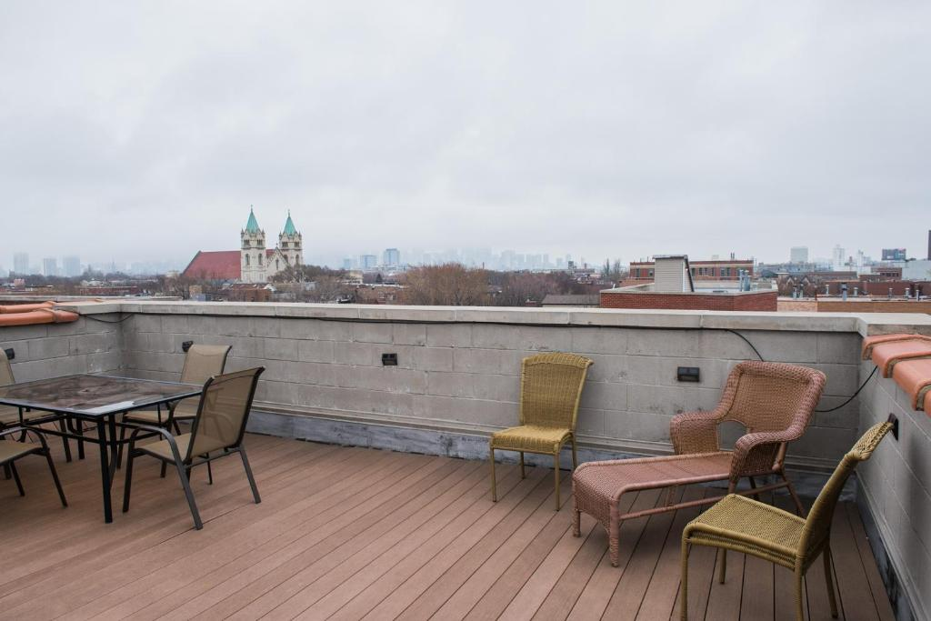 Balcony/terrace Three-Bedroom on West Fullerton Avenue Apt 4