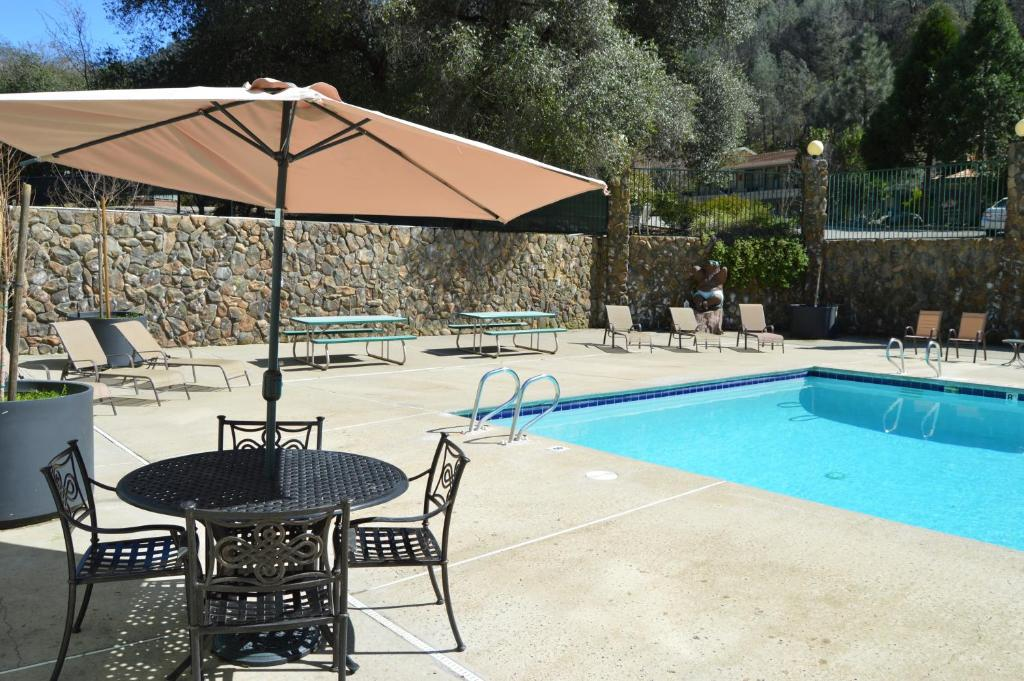Book Now Cedar Lodge (El Portal, United States). Rooms Available for all budgets. Featuring an indoor and outdoor swimming pool this Cedar Lodge is 5 minutes drive to the entrance of Yosemite National Park. The on-site restaurant is open for dinner daily.Eq