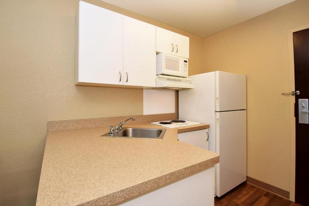 Book Now Extended Stay America - Los Angeles - Woodland Hills (Woodland Hills, United States). Rooms Available for all budgets. Free Wi-Fi spacious rooms with kitchens and proximity to the Ventura Freeway keep our guests happy at Extended Stay America - Los Angeles - Woodland Hills which also has free