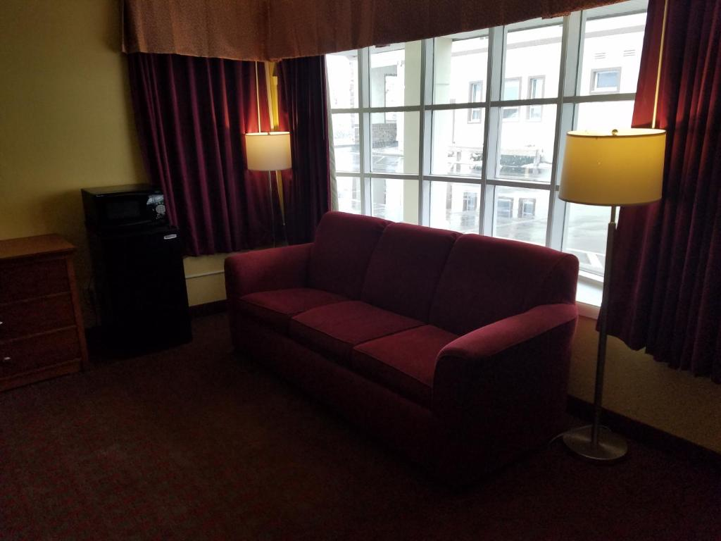 Book Now Days Inn Poughkeepsie (Poughkeepsie, United States). Rooms Available for all budgets. Free Wi-Fi an indoor pool and Vassar College three blocks away are reasons for our guests to enjoy the Days Inn Poughkeepsie. The Days Inn has 66 rooms in a two-floor building