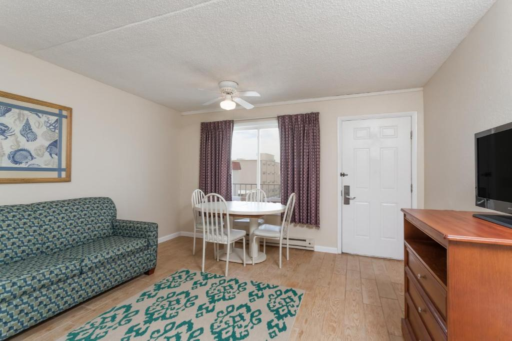 Book Now Days Inn Suites Wildwood (Wildwood, United States). Rooms Available for all budgets. Free Wi-Fi kitchenettes two outdoor heated pools and a prime location steps from the beach make the Days Inn Suites Wildwood a solid buy at the southern tip of the Jersey Shor