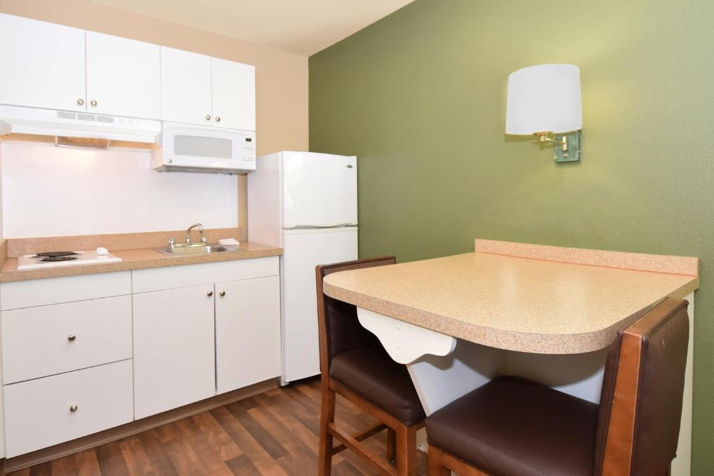 Book Now Extended Stay America - Birmingham - Perimeter Park South (Birmingham, United States). Rooms Available for all budgets. Offering studio suites with kitchens free Wi-Fi and an on-site laundry the Extended Stay America - Birmingham - Perimeter Park South is a convenient stop off I-459. This two-s