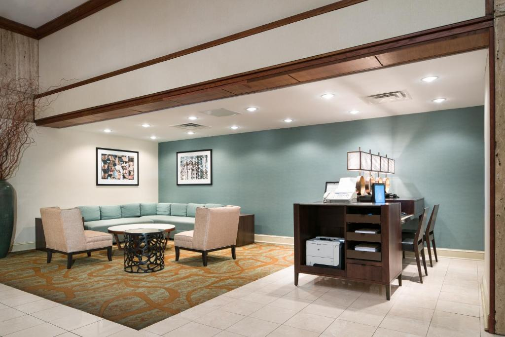 Book Now Doubletree By Hilton Philadelphia Airport (Philadelphia, United States). Rooms Available for all budgets. A complimentary airport shuttle heated indoor pool and rooms with high-tech amenities like free Wi-Fi make DoubleTree by Hilton Philadelphia Airport a popular choice among our