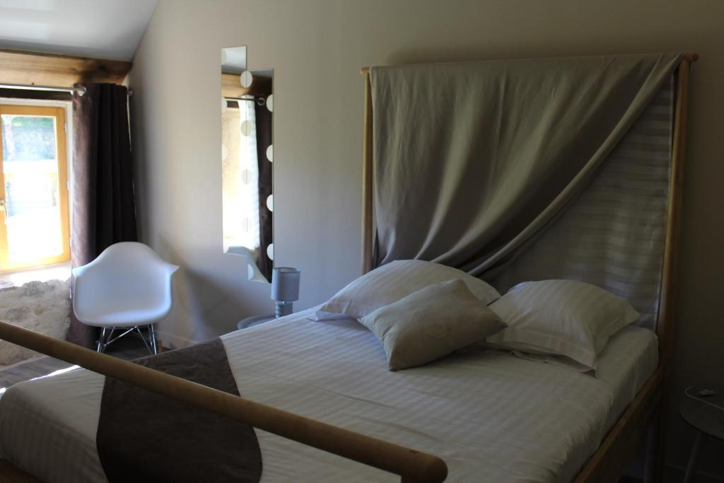 Double Room with Private Bathroom A la Croisee des Vallees