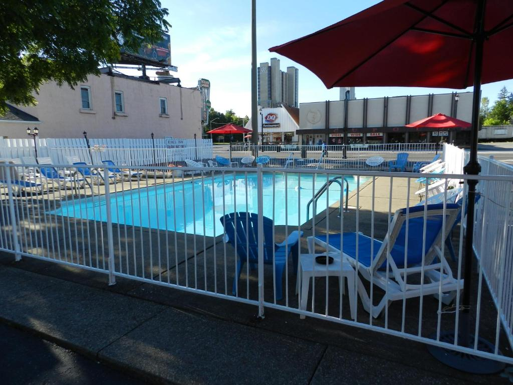 Book Now Kings Inn Near the Falls (Niagara Falls, Canada). Rooms Available for all budgets. Just 15 minutes' walk from the Falls and scenic parkway this multi-levelled motel boasts an outdoor swimming pool surrounded by a sun deck with loungers. Tastefully decorated