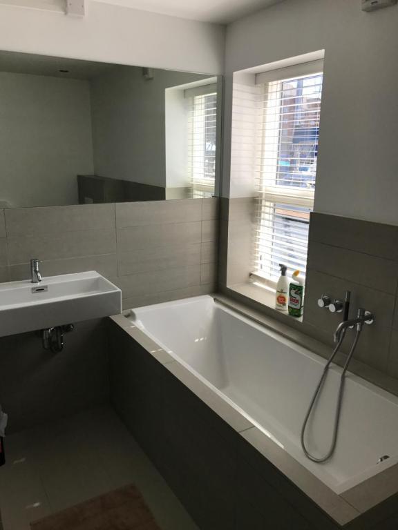 Three-Cabin Boat - Bathroom