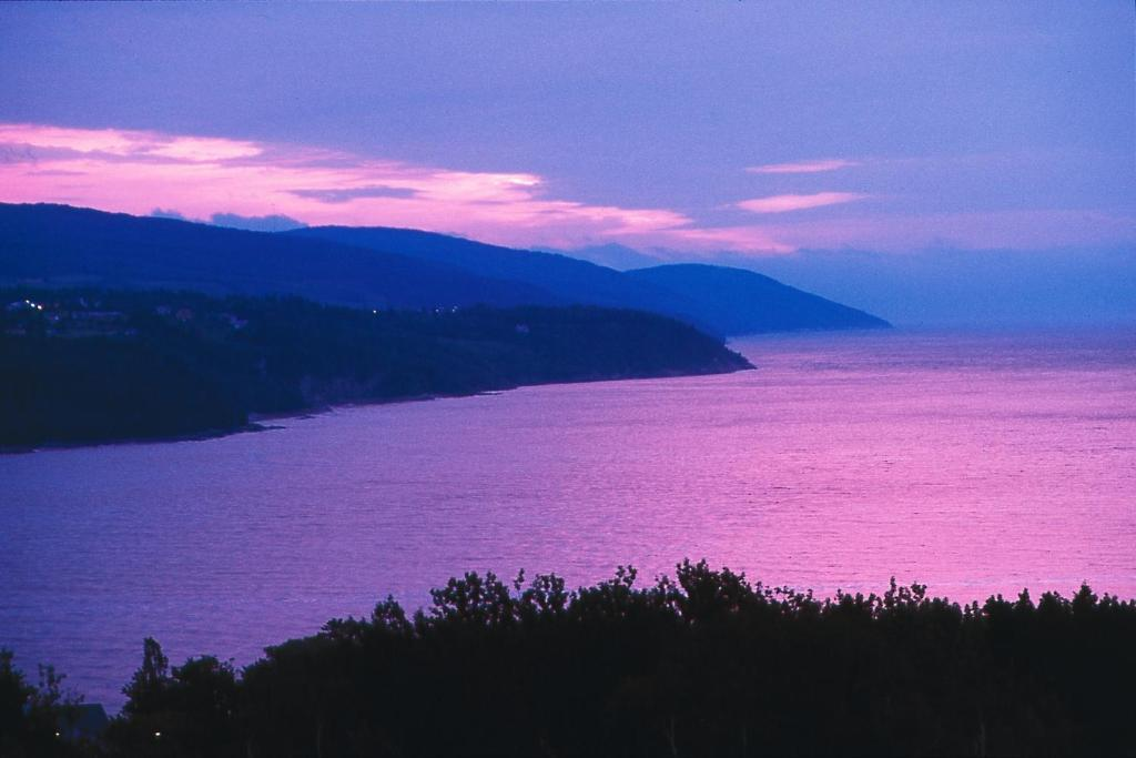 Book Now Auberge des Falaises (La Malbaie, Canada). Rooms Available for all budgets. This La Malbaie property offers a full-service spa and rooms with private balconies. The bed and breakfast overlooks the Saint Lawrence River and within 5 minutes' drive of th