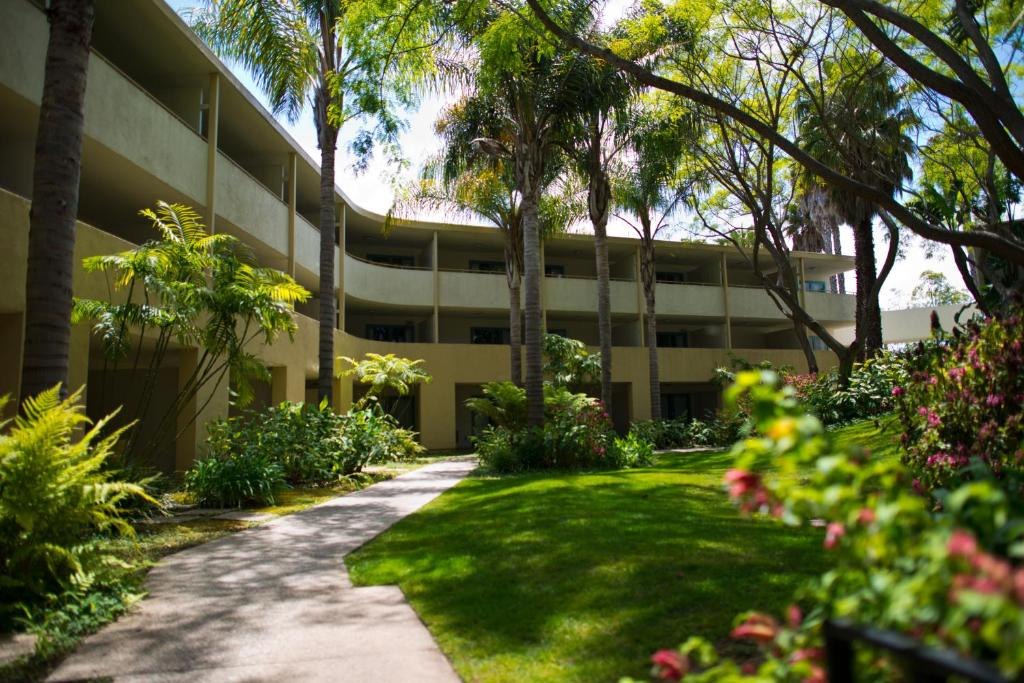 Book Now Lemon Tree Inn (Santa Barbara, United States). Rooms Available for all budgets. Featuring a one acre tropical courtyard and an outdoor pool this Santa Barbara hotel offers rooms with flat-screen cable TV. It is 1.6 km from the Museum of Natural History.Fr