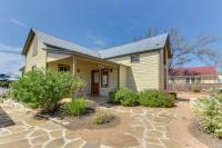 Wine Country Cottages on Main, Дома для отпуска - Fredericksburg