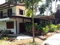 Dikkenek, Hostels - Baan Tai