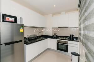 Sunflower Villa by Phuket Marbella, Villas  Bang Tao Beach - big - 17