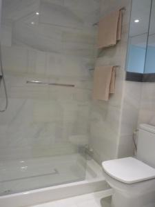 ALMIRANTE BONIFAZ 3, Apartments  Seville - big - 5