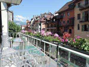 "L'eau Vive ""Lofts and Lakes"""