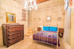 Holiday Farmhouse with Private Pool in Nadur Gozo, Prázdninové domy  Nadur - big - 2