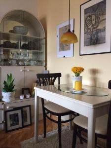 Artist's Abode -- Comfy and Chic, Apartmány  Skopje - big - 13