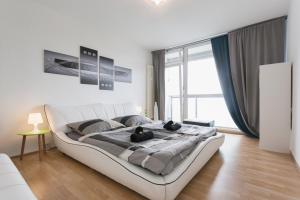 Design-Apartment im 10. Stock mit Blick über Dresden direkt im Zentrum, free WIFI, Balkon, Wohnzimmer, Küche, Schlafzimmer mit riesen Lederbett