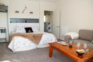 Martinborough Experience B&B, Bed & Breakfasts  Martinborough  - big - 17