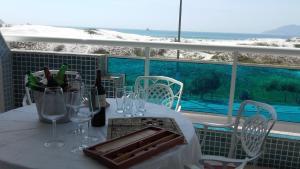 alto luxo 4 suítes churrasqueira fte ao mar, Ferienwohnungen  Cabo Frio - big - 18