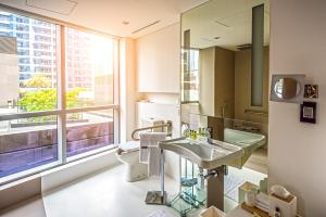 King Room - Accessible with Roll-in Shower