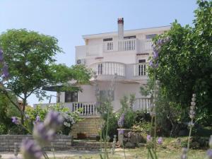 Four-Bedroom Apartment in Dobropoljana I, Apartmanok  Dobropoljana - big - 1
