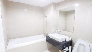 Grand Royal Eclipse Luxury, Apartments  Bang Kapi - big - 54