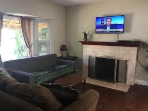 Unique 2 Bedroom Home in Burbank, Prázdninové domy  Burbank - big - 30