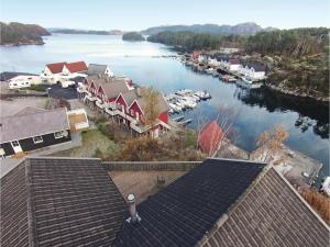 Four-Bedroom Holiday home in Auklandshamn - Hotel - Vestvik