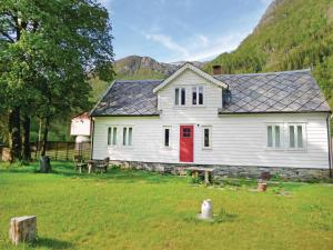 Four Bedroom Holiday home Eikelandsosen with a Fireplace 02